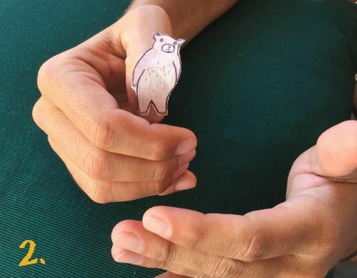 Step 2 of a magic trick in Spanish.