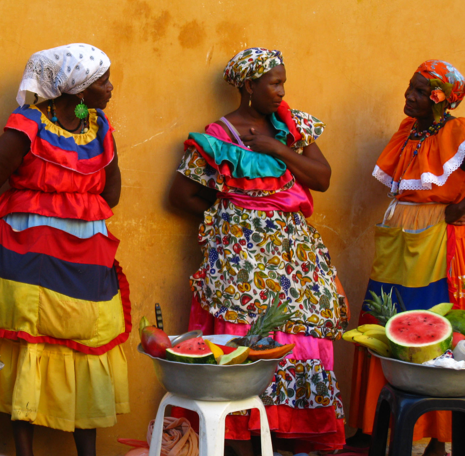 Spanish speaking activity about a photo of women selling fruit.