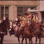 Horses in a parade - Learn Spanish with Pictures