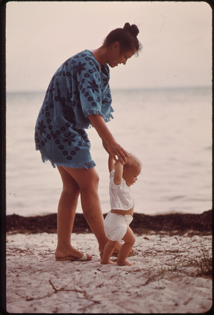 Learn Spanish with pictures like this photo of a mom and baby on a beach.