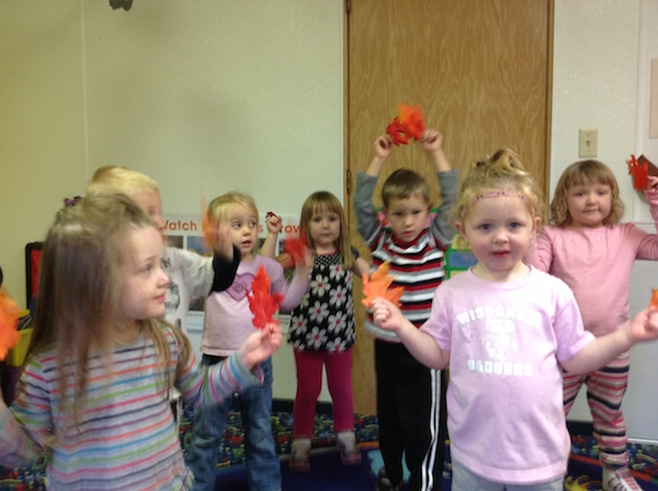 Preschoolers act out Spanish poem for fall.
